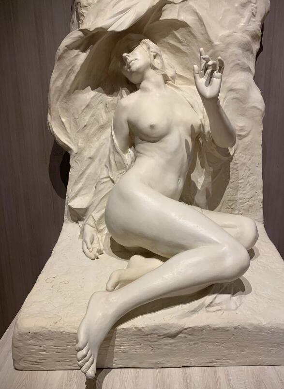 naked women sculpture