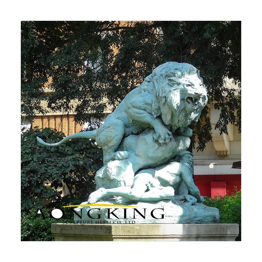 Statues lion in paris