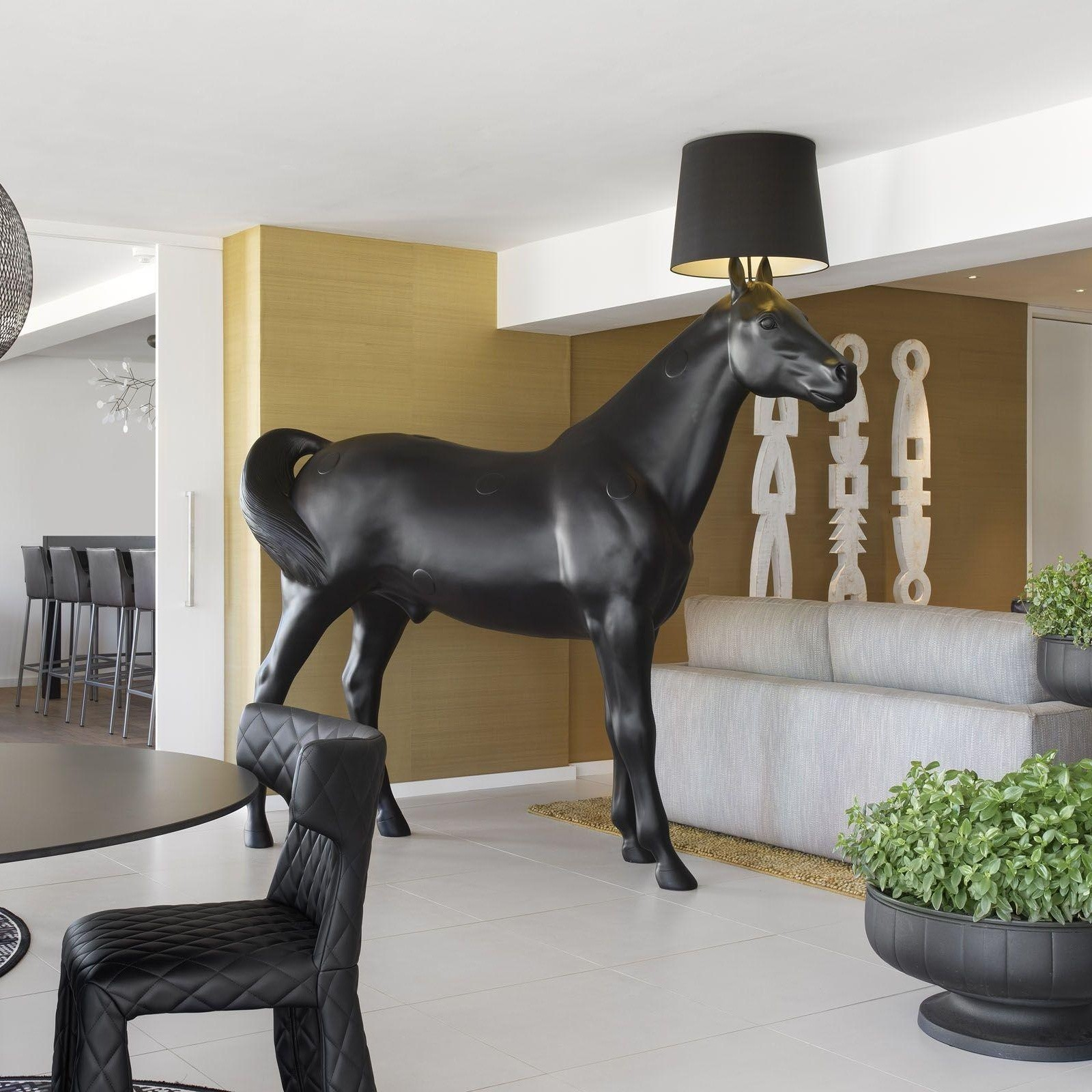 Black horse sculpture lamp
